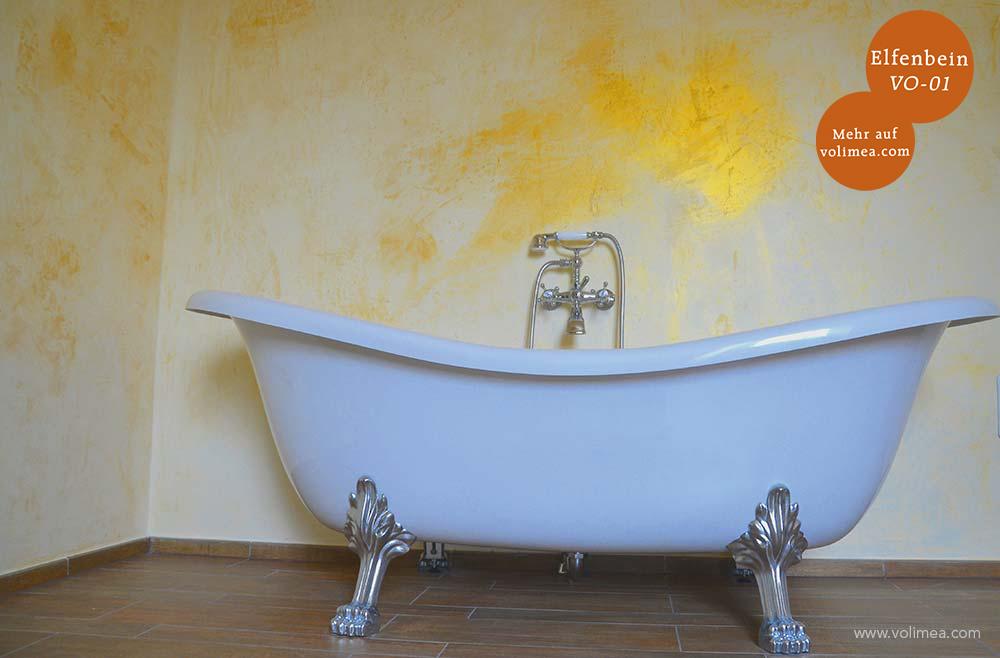 Mikrozement fugenlose Volimea Wandbeschichtung im Badezimmer in Elfenbein VO-01 mit Goldlasur